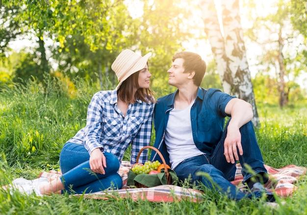 公園でのピクニックで恋カップル
