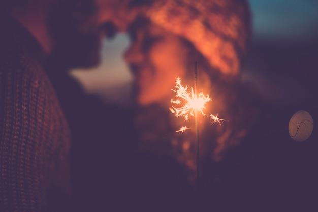 新年とクリスマスの屋外を祝う愛のカップル