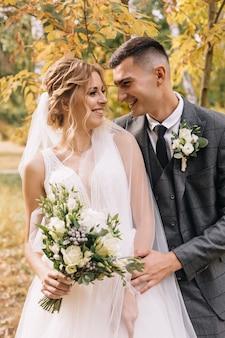Влюбленная пара празднует свадьбу в парке