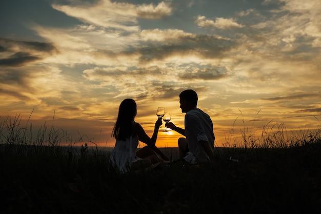 Влюбленная пара пьет шампанское и празднует свою любовь