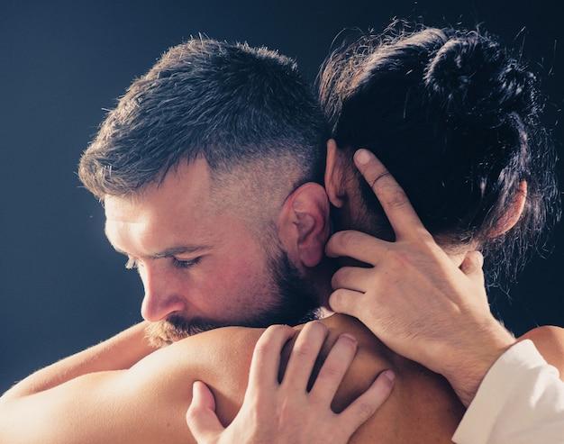 Пара в объятиях любви