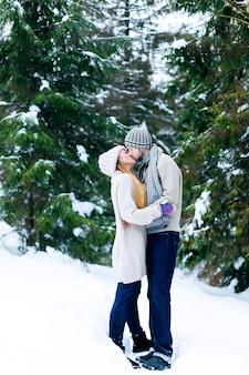 抱き合ってキスする恋のカップル