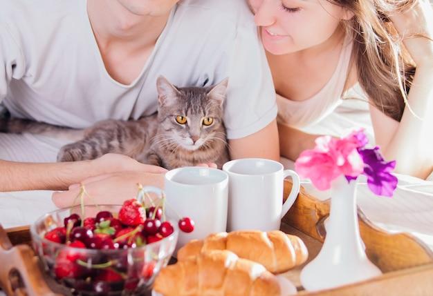Влюбленная пара, завтракающая в постели