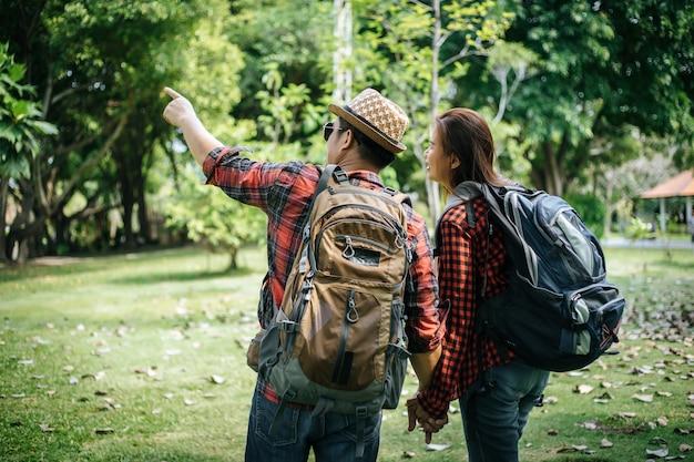 Пара в любви, держась за руки. концепция любви.