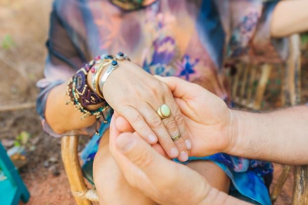 手をつなぐ愛のカップルリングブレスレットは、デートの概念を満たす