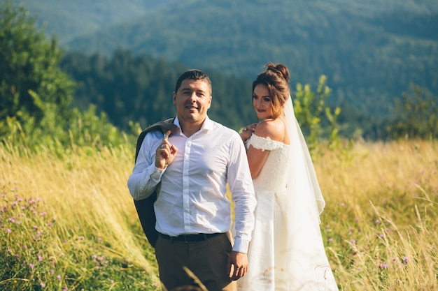 山で抱き締める恋のカップル、男と女
