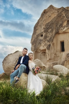 Пара в любви обнимает и целует в сказочных горах на природе.