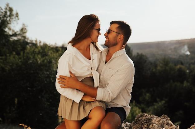 . 사랑에 빠진 커플은 자연의 멋진 산에서 포옹합니다.