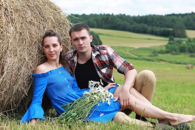 해질녘 마을 들판에서 사랑에 빠진 커플
