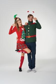 クリスマスの服を着て恋をしているカップル