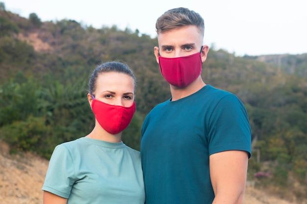 新しい中国のパンデミックウイルスコロナウイルス、2019-ncovに対する保護医療マスクを身に着けている男と女、男と女の顔にマスクで愛のカップル。大気汚染、感染症の概念