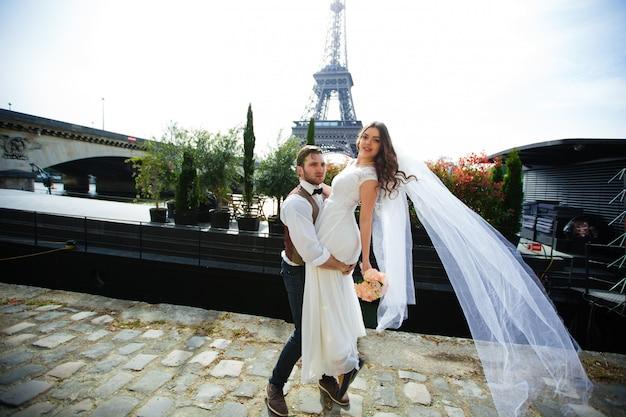 Влюбленная пара в париже, свадебная фотография