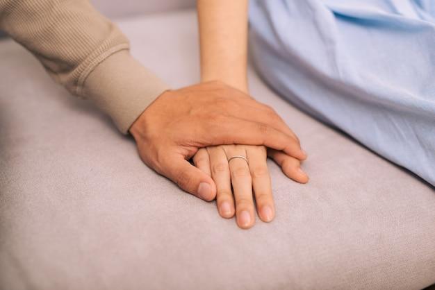 恋をしているカップル。手をつなぐ男と女