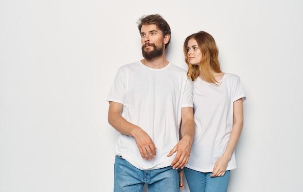 愛の男性と女性のカップル明るい背景楽しい感情同じ服