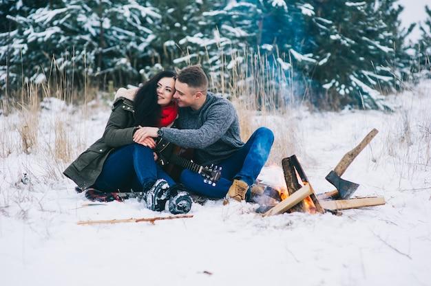 火のそばの夫婦、冬、雪