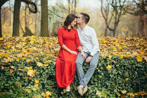Влюбленная пара на первом свидании в парке