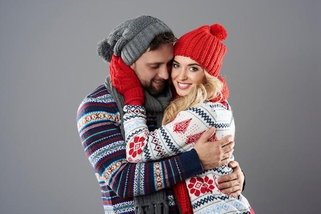 灰色の背景に恋のカップル