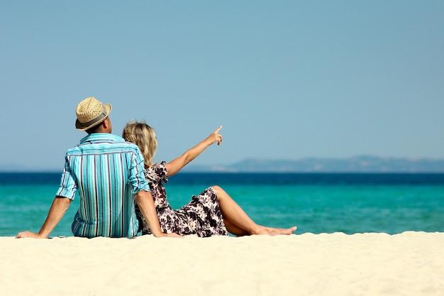 Влюбленная пара на пляже летом