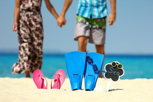 足ひれとビーチで恋をしているカップル