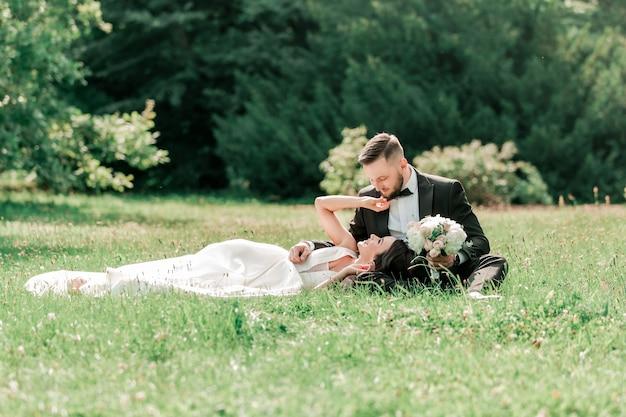 여름 공원 이벤트 및 전통의 잔디밭에서 사랑에 빠진 커플