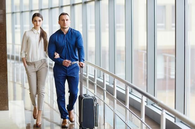 バカンス愛のカップル。空港に立っているカップル。