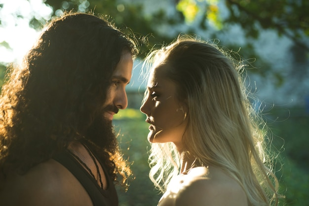 Влюбленная пара на открытом воздухе мода фото сексуальная элегантная пара в нежной страсти сталкиваются с мужчиной и женщиной