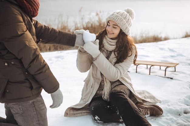 Влюбленная пара на открытом воздухе зимой