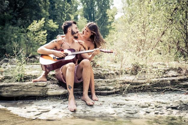 ギターを弾く愛のカップル