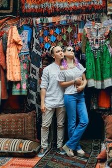 東部のカーペット市場でポーズをとる愛のカップル