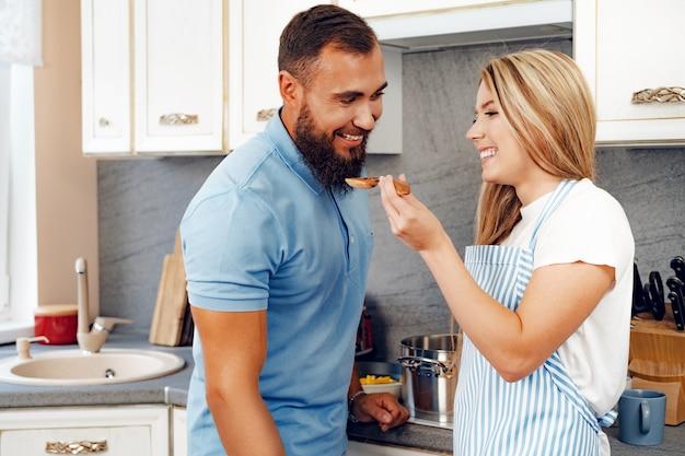 キッチンで一緒に食事を準備するのが大好きなカップル