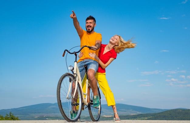 자전거를 타는 사랑에 빠진 커플입니다. 아름다운 커플 친구 청소년. 관계. 여름 동안