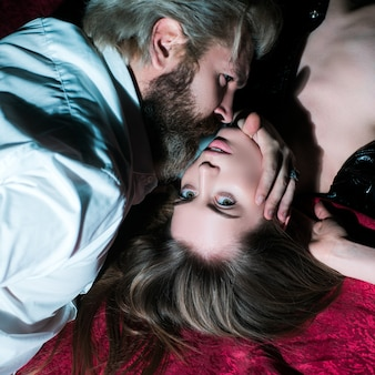 恋をしているカップル。官能的なカップルのキス。ロマンチックで愛。親密な関係と性的関係。支配的な男。クローズアップ口キス。情熱と官能的なタッチ。