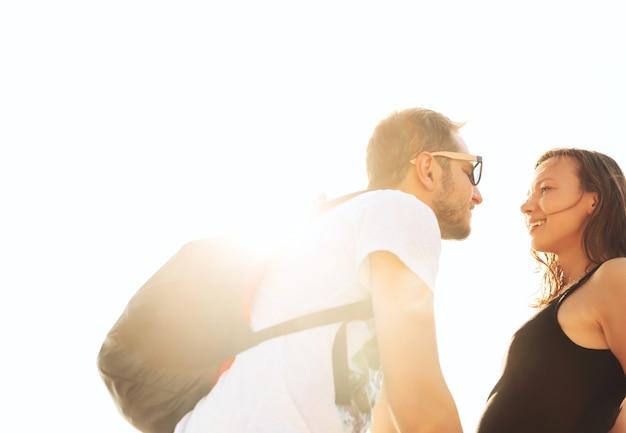Влюбленная пара чувственный портрет молодой стильной пары на открытом воздухе в летний день на солнечном свете