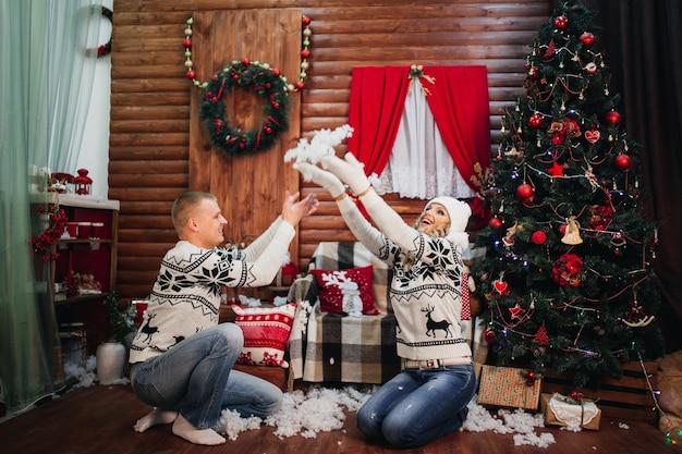 愛のカップルが人工雪を投げる