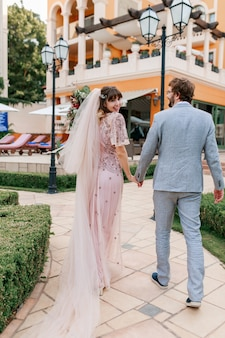 結婚式を祝っている間贅沢な別荘を歩いて愛のカップル。完全な長さ。