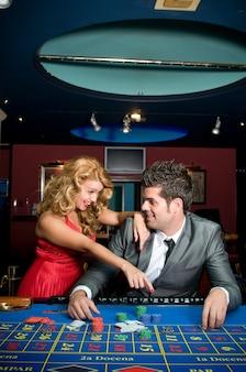 Влюбленная пара выигрывает деньги за столами казино