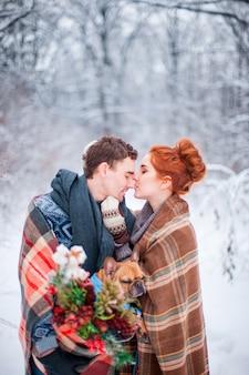 겨울 눈 덮인 숲에 격자 무늬로 덮여 강아지와 사랑에 몇