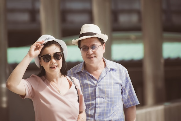 頭の上の帽子と恋にカップル