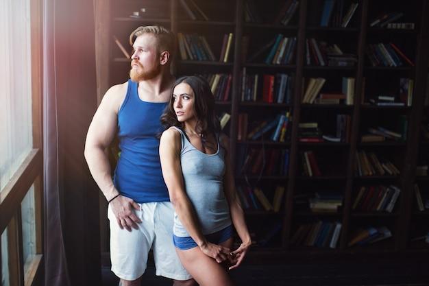 Влюбленная пара молодых спортивных людей. световой эффект.