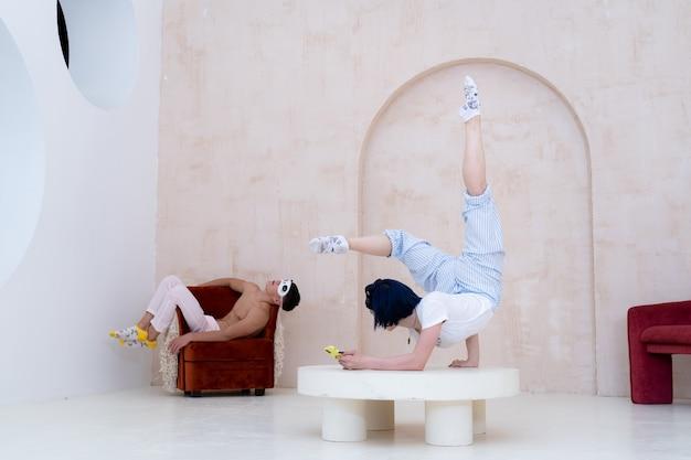 Пара в пижаме отдыхает дома творчески, концепция скуки во время самоизоляции covid