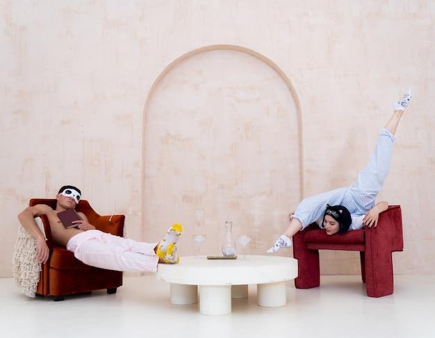 Пара в пижаме отдыхает дома творчески, концепция отношений, творчества и скуки