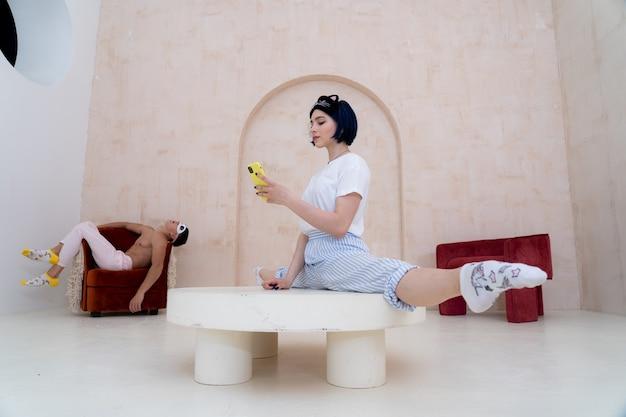 Пара в пижаме отдыхает дома творчески концепция отношений творчества и индивидуальности