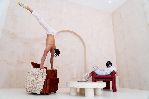 Пара в пижаме отдыхает дома творчески, отношения творчество и концепция индивидуальности