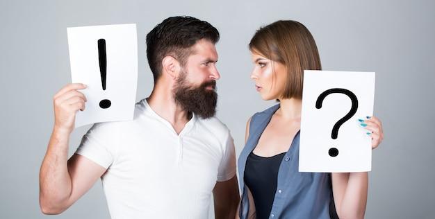 喧嘩中のカップル。疑問符。女性と男性が質問、感嘆符。二人の間の喧嘩。