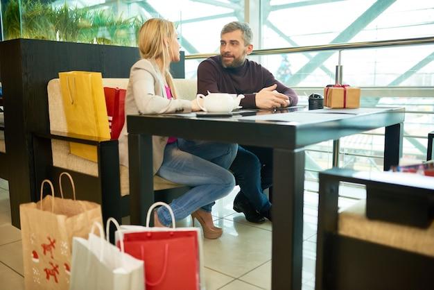 Пара в торговом центре кафе