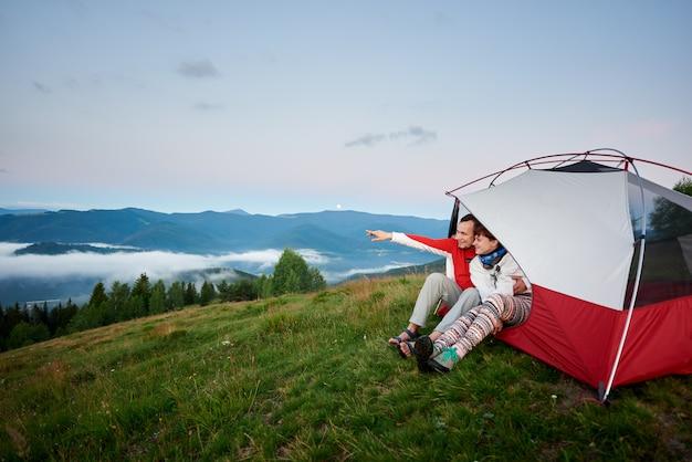 Пара в палатке