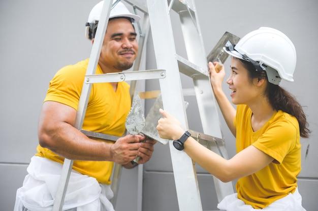 Пара в концепции строительства дома