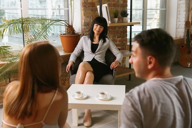 Пара проходит курс терапии или брачного консультирования. консультации психолога, консультанта, терапевта или консультанта по взаимоотношениям. мужчина и женщина сидят на сеансе психотерапии. семья, концепция психического здоровья.