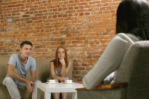 치료 또는 결혼 상담에있는 부부.
