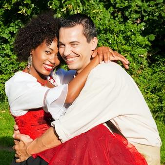 伝統的なバイエルンのドレスのカップル